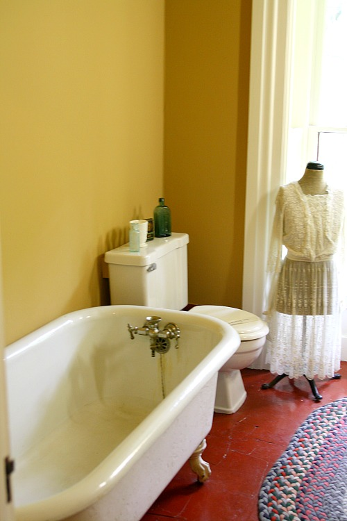bathroom-at-leduc-mansion